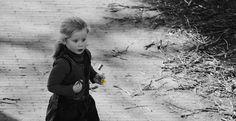 Petite fille a la fleur jaune
