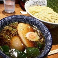 神田にあるつけそば 神田 勝本へ久しぶりに食べてきましたー  美味しいの一言でつきますがここのつけ麺屋さん細麺と平麺と選べてコシのあるのが特長で魚介系醤油味のスープにマッチングしてます(д)  昼時は凄く混みますが14:00に行くのがベストです ラーメン好きな方ぜひ足を運んで食べてみてください() tags[東京都]
