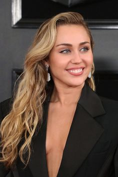 Miley Cyrus Fashion Hannah Miley, Miley And Liam, Miley Cyrus Brown Hair, Millie Bobby Brown, Miley Cyrus Pictures, Miley Cyrus Style, Divas, Ariana Grande, Woman Crush