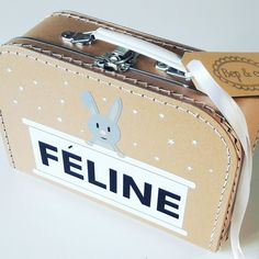 Koffertje Feline nav #geboortekaartje #kraamkado #kraamkcadeau #kinderkoffertje #kinderkoffertjes #kadometnaam #koffertjemetnaam van www.bepenco.com