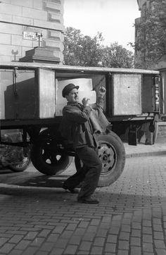 Maga marha, megint rajtam röhög a Központi Bizottság Old Pictures, Old Photos, Vintage Photos, Old Street, Beautiful Places In The World, Budapest Hungary, Travel Goals, Retro, Historical Photos