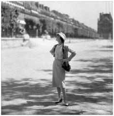 Coco Chanel aux Tuilleries avec le Louvre derrière, Paris, juin 1957 Photo Willy Rizzo