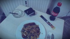 Bratwürstchen mit Bratkratoffeln und Jägersauce , dazu eine Cola als Nachtisch ein Schokomilchriegel und zur Verdauung eine Filtercigarillo, ab und zu muss man sich selbst belohnen :-)