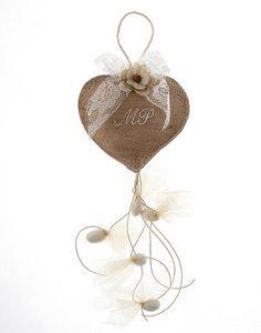 Μπομπονιέρα από λινάτσα σε σχήμα καρδιάς με 5 κουφέτα απλά ή γεύσεις. Μια μοναδική μπομπονιέρα με μονογράμματα Wedding Candy, Wedding Favors, Wedding Inspiration, Wedding Ideas, Happily Ever After, Wedding Accessories, Burlap, Christmas Ornaments, Holiday Decor