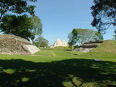 El juego de pelota ritual y las canchas fueron construidos por todo el imperio maya, a gran escala. Rodeada por dos lados por rampas escalonadas que dirigían a las plataformas ceremoniales o a templos pequeños, la cancha de juego de pelota se encontraba en todas las ciudades mayas, excepto en las más pequeñas.