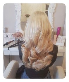 Was ist die perfekte Haarfarbe für Sie - hair styles for short hair - New Ideas Curly Hair Styles, Long Curly Hair, Long Hair Loose Curls, Long Blonde Curls, Curled Blonde Hair, Bleach Blonde Hair, Blonde Hair Roots, Curled Prom Hair, Short Wavy