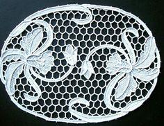 Venetian-Iris-pattern-doili