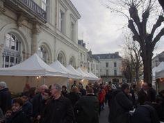 Les Chinonais sont venus nombreux sur la place du Général de Gaulle pour célébrer Noël! Gaulle, Place, Venus, Street View