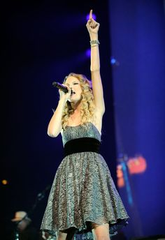"""Taylor Swift performing at the """"We're All For The Hall"""" benefit concert for the Country Music Hall of Fame in Nashville on 13.10.09"""