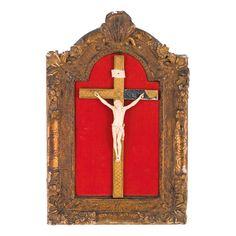 CRISTO EN MARFIL S. XVIII - XIX. Talla francesa con marco de madera tallada sobre fondo rojo.Medidas: 18 x 14 cm. (Cristo).61 x 41 cm. (Marco). Faltas en marco.