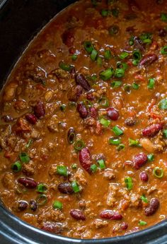 An EASY, classic Slow Cooker Beef Chili that takes no effort and makes a perfect meal the family will love. Make Crockpot chili for dinner or game day! Venison Chili, Beef Chili Recipe, Chilli Recipes, Beef Recipes, Cooking Recipes, Healthy Recipes, Yummy Recipes, Soup Recipes, Chili Con Carne