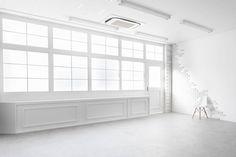 大きな自然光の入る窓は窓裏にサンルームがあり、サンルーム側からストロボをたくこともできます。一日中安定した光で撮影することが可能です。