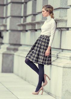 千鳥格子のフレアなスカートにタートルのトップス×パールネックレスで上品に! 千鳥格子スタイルのコーデ参考ファッション♪