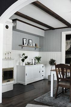 Matsal före och efter renovering. Vardagsrum med matsalsbord. Matsal i vitt, grått och svart. Mörk parkett i vardagsrummet. Vit skänk från EM möbler. Prints i svart och vitt. Prints fjädrar. Vit bokstav på hylla. Hylla av naturrent trä. Trärena detaljer i vardagsrummet. Kakelugn i vardagsrummet. Olivträd med grå stenar och kruka av flätad natur. Fototapet. Eiffeltornet. Silvergrå väggar i vardagsrummet. Påskpynt. Renovering 2013.