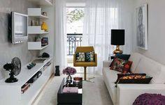 Na sala de estar, predomina o branco da estante de laca (Marcenaria Medeiros)...