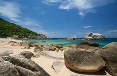Tanote Bay Lined with huge boulders which give Tanote Bay it's unique appearance. Just north of Ao Leuk, the conditions here are very similar and taxi-boats can ferry you between the two. #TanoteBay #kohtao