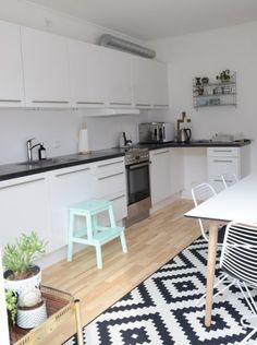 sort bordplade, hvidt køkken