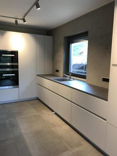 Küche exposed concrete kitchen puristic design painter marcus spohn wiesbaden The Soul of Rustic Des Large Open Plan Kitchens, Open Plan Kitchen Diner, Open Plan Kitchen Living Room, Kitchen Room Design, Kitchen Interior, Kitchen Decor, Island Kitchen, Shaker Kitchen Doors, Kitchen Cabinetry