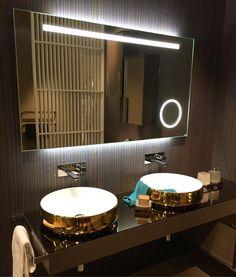 Iluminação embutida no espelho  cuba dourada!!!  #feirademilao #tendencia #salonedelmobile #ilsalone2016 #arquitetura #ambientacao #lightdesign #milao #italia by formarquitetura