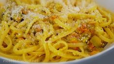 Pasta con fiori di zucca Italian Menu, Italian Cooking, Ravioli, Lunches And Dinners, Macaroni And Cheese, Breakfast Recipes, Pizza, Spaghetti, Food And Drink