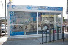 Este es un servicio de lavandería. Tiene muchas de las máquinas.