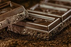 New research shows that eating dark chocolate can help improve vision, immune function and neuroplasticity. The chocolate in the tests had at least cacao solids. Happy Chocolate Day, Best Chocolate, How To Make Chocolate, Chocolate Lovers, Vegan Chocolate, Chocolate Delight, Chocolate Treats, Beneficios Do Chocolate, Miel Pur