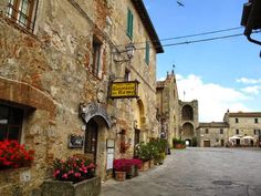 Watch: Monteriggioni - medieval city in the heart of Tuscany, Italy http://destinations-for-travelers.blogspot.com.br/2014/09/monteriggioni-toscana-italia.html