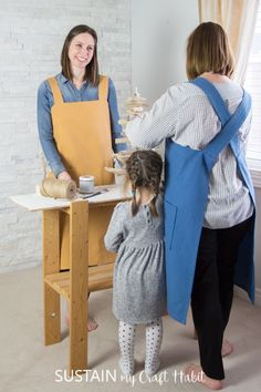 Learn how to sew your own utility aprons with this DIY apron pattern using cotton canvas from Canvas Etc. Includes simple step-by-step tutorial and free printable pattern template. Cute Sewing Projects, Diy Craft Projects, Sewing Tutorials, Sewing Ideas, Crafts, Apron Pattern Free, Sewing Patterns Free, Free Sewing, Japanese Apron