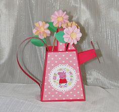 Regador tema Peppa Pig.  Produzido em papel 180 gramas, pode ser usado como centro de mesa ou lembrancinha.  Pode ser feito com outro tema.  As flores não acompanham o produto.