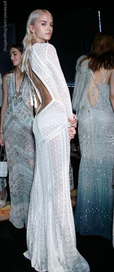 Milan Spring 2014 - Roberto Cavalli (Backstage) - hasonló kivágású ruha kellene a tollas ujjú ruhahoz