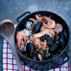Quick West Coast Seafood Potjie (With black mussels, prawns, and firm white fish fillets). Braai Recipes, Fish Recipes, Seafood Recipes, Cooking Recipes, Oven Recipes, Meal Recipes, Cooking Time, Yummy Recipes, South African Dishes