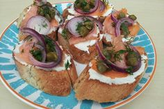 Smoked Salmon and Capers Bruschetta Lemon Pickle, Quick And Easy Appetizers, Onion Relish, Pickled Red Onions, White Bread, Smoked Salmon, Baking, Ethnic Recipes, Koken