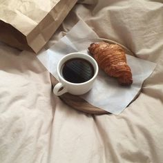 Coffee and a croissant. Coffee Break, Coffee Time, Coffee Cups, Brown Aesthetic, Aesthetic Food, Coffee Photography, Food Photography, Holly Golightly, Brunch
