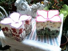 Oggi giornata del riciclo:ho dipinto 2 portabottiglie di polistirolo con vecchi fondi di smalto per unghie.In queste pitture naif ci piantero' i tulipani.Bellissimi e riutilizzabili.