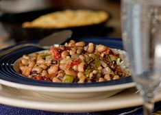 Black eyed Peas (Hoppin John) and Cornbread - A traditional New Year's dish New Years Day Meal, Fried Catfish, Turnip Greens, Pea Recipes, Smoked Ham, Frozen Peas, Black Eyed Peas, Soul Food