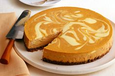 One of our best-loved cheesecake recipes, discover what makes this Pumpkin Swirl Cheesecake a fan favourite. Could it be its lovely swirl? Is it the delightful pumpkin spice flavour? Is it the smooth (Cheesecake Recipes Best) Oreo Dessert, Brownie Desserts, Coconut Dessert, Pumpkin Dessert, Köstliche Desserts, Delicious Desserts, Dessert Recipes, Cheesecake Brownies, Marble Cheesecake