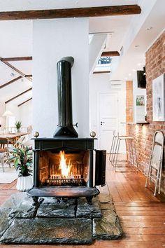 într-un duplex de 108 m Wood Stove Hearth, Wood Burner, Home Fireplace, Fireplace Design, Sweet Home, Photo Deco, Freestanding Fireplace, Pinterest Home, Building A House