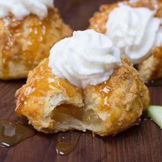 Wanting to cook Apple Pie Donuts? Learn how to cook Apple Pie Donuts by watching this Apple Pie Donuts video. Apple Desserts, Köstliche Desserts, Apple Recipes, Baking Recipes, Delicious Desserts, Dessert Recipes, Yummy Food, Cake Donut Recipes, Lunch Recipes