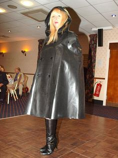 Lovely lady modelling an SBR cape at a Mackintosh Society function. Black Raincoat, Rain Cape, Rubber Raincoats, Rain Wear, Black Rubber, Preppy Style, Female Models, Going Out, Dressing