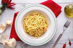 Gli spaghetti aglio, olio e peperoncino sono un piatto semplice e velocissimo, ma pieno di sapore e tradizione!