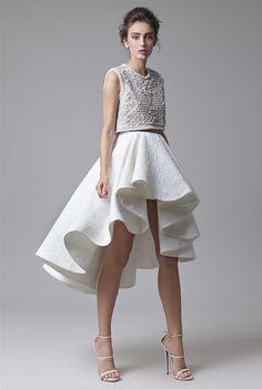 Conjunto de top y falda corta para novias del diseñador Krikor Jabotian