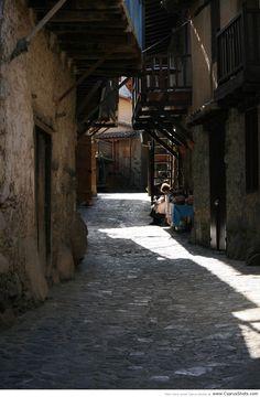 Narrow street in Kakopetria - Photo by Yiannis