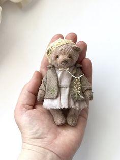 Eleanor by Anna Makurina - Bear Pile Cute Teddy Bears, Vintage Teddy Bears, Teddy Toys, Tiny Dolls, Bear Doll, Bear Art, Felt Animals, Fabric Dolls, Panda Bear