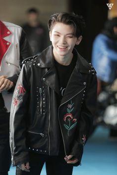 Woozi looks like a snacc with a leather jacket Wonwoo, Jeonghan, Seungkwan, Seventeen Woozi, Seventeen Debut, Busan, Seoul, Kpop, Vernon Chwe