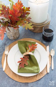 Thanksgiving Table decoration you can make using a brown paper grocery bag, even the handle. If you like free, easy and that fact that you are recycling and reusing in a pretty way, then you will like these paper placemats. Find out how to make them so they look rustic or modern in style.