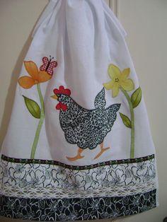 pano de prato em tecido de sacaria com aplicação a maquina com barrado em tecido de algodão renda de algodão e galão R$27,00