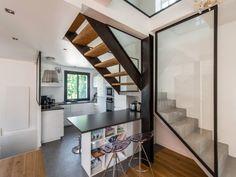 Un escalier central pour recréer une communication verticale