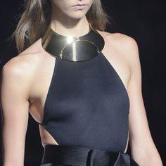 Le plastron graphique de Lanvin http://www.vogue.fr/joaillerie/tendance-des-podiums/diaporama/les-tendances-bijoux-de-la-fashion-week-printemps-ete-2013/10154/image/635185#le-plastron-graphique-de-lanvin