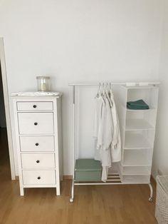 Weiße Kommode und Kleiderstange. #Kommode #Kleiderstange #Aufbewahrung #Organisation