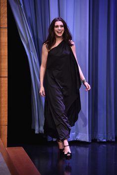 <p>Anne Hathaway fue la invitada en el The Tonight Show con Jimmy Fallon y entró a plató pisando fuerte con un look total black de corte maxi que desdibujaba su silueta. </p>
